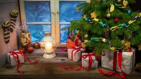 Julhelgdagsafton i varm och hemtrevlig lantlig stuga Royaltyfri Bild