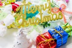 julhelgdagsaftongåvor semestrar många prydnadar Arkivbild