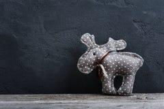 Julhjortar på konkret bakgrund Arkivfoton
