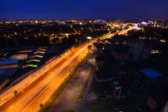 27a julho, cidade de Ostrava, República Checa Vista aérea da cidade industrial velha com tráfego na estrada na noite Fotografia de Stock Royalty Free