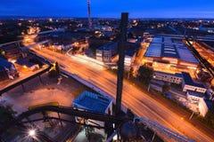 27a julho, cidade de Ostrava, República Checa Vista aérea da cidade industrial velha com tráfego na estrada na noite Foto de Stock Royalty Free