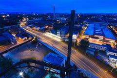 27a julho, cidade de Ostrava, República Checa Vista aérea da cidade industrial velha com tráfego na estrada na noite Fotos de Stock