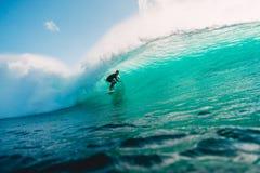 JULI 29, 2018 bali indonesia Surfareritt på trummavåg Professionell som surfar i havet på stora vågor arkivbild