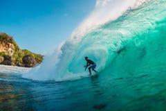 JULI 29, 2018 bali indonesia Surfareritt på trummavåg Professionell som surfar i havet på stora vågor arkivbilder