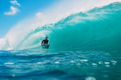 7. Juli 2018 Bali, Indonesien Bodysurfer-Fahrt auf große Fasswelle bei Padang Padang Berufssurfen in Ozean Lizenzfreies Stockbild