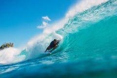 7. Juli 2018 Bali, Indonesien Surferfahrt auf große Fasswelle bei Padang Padang Berufssurfen in Ozean Stockbilder