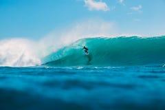 7. Juli 2018 Bali, Indonesien Surferfahrt auf große Fasswelle bei Padang Padang Berufssurfen in Ozean Stockbild