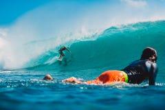 7. Juli 2018 Bali, Indonesien Surferfahrt auf große Fasswelle bei Padang Padang Berufssurfen in Ozean Stockfotos