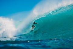 7. Juli 2018 Bali, Indonesien Surferfahrt auf große Fasswelle bei Padang Padang Berufssurfen in Ozean Lizenzfreie Stockfotos