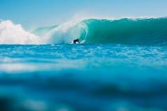 7. Juli 2018 Bali, Indonesien Surferfahrt auf große Fasswelle bei Padang Padang Berufssurfen in Ozean Lizenzfreies Stockbild