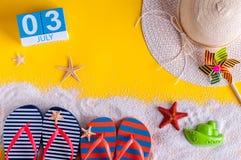 3 juli Beeld van 3 juli kalender met de toebehoren van het de zomerstrand en reizigersuitrusting op achtergrond De zomerdag, Vaka Stock Afbeeldingen