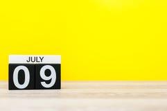9 juli Beeld van 9 juli, kalender op gele achtergrond Jonge volwassenen Met lege ruimte voor tekst Royalty-vrije Stock Foto's