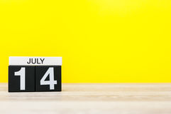 14 juli Beeld van 14 juli, kalender op gele achtergrond Jonge volwassenen Met lege ruimte voor tekst Royalty-vrije Stock Afbeeldingen