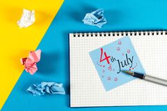 4. Juli Bild des vom 4. Juli Kalenders auf Büroarbeits-Schreibtischhintergrund Baum auf dem Gebiet Straßen-Clown grüßt Leute Lizenzfreie Stockfotos