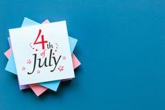 4. Juli Bild des vom 4. Juli Kalenders auf Büroarbeitsschreibtisch mit Kopienraum Baum auf dem Gebiet Straßen-Clown grüßt Leute Lizenzfreie Stockbilder