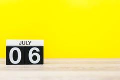 6. Juli Bild vom 6. Juli, Kalender auf gelbem Hintergrund Junge Erwachsene Mit leerem Raum für Text Stockfoto
