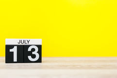13. Juli Bild vom 13. Juli, Kalender auf gelbem Hintergrund Junge Erwachsene Mit leerem Raum für Text Stockfotografie