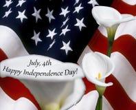 4. Juli blüht glücklicher Unabhängigkeitstag mit Calla auf USA-Flagge, die als Hintergrund benutzt wird Stockbilder