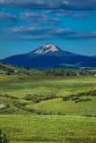 14. Juli 2016 - Blockhaus mit Bergen und grünen Bäumen - San Juan Mountains, Colorado, USA Stockfotografie