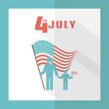 Juli 4 Bringen Sie mit Baby auf einem Hintergrund der amerikanischen Flagge hervor Lizenzfreie Stockfotos