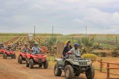 Juli 2014 Casela-Naturpark, Mauritius, Afrika Anfang der Gruppenviererkabelfahrradsafari-Abenteuerreise an einem bew?lkten Tag Zu stockfotos