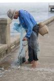 12. Juli 2017 - Chantaburi, Thailand - alte Fischer, die fis klären Lizenzfreie Stockbilder