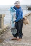 12. Juli 2017 - Chantaburi, Thailand - alte Fischer sind repairin Lizenzfreies Stockbild