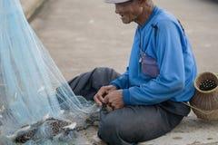 12 juli 2017 - Chantaburi, Thailand - Oude Vissers die fis ontruimen Royalty-vrije Stock Foto