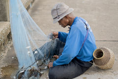 12 juli 2017 - Chantaburi, Thailand - Oude Vissers die fis ontruimen Stock Foto's
