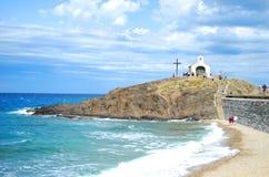 17 JULI 2009, COLLIOURE, FRANKRIJK - de mensen betalen een bedevaart aan de Kapel van de Visser in het overzees van Collioure Royalty-vrije Stock Afbeeldingen