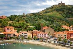 17 JULI 2009, COLLIOURE, FRANKRIJK - mensen die van de de zomervakantie op het strand van Collioure genieten Stock Afbeeldingen