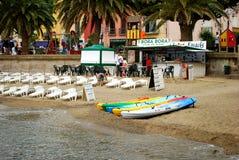 17 JULI 2009, COLLIOURE, FRANKRIKE - folk som tycker om sommarferierna på stranden av Collioure Royaltyfri Foto