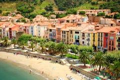 17 JULI 2009, COLLIOURE, FRANKRIKE - folk som tycker om sommarferierna på stranden av Collioure Arkivfoto