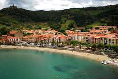 17 JULI 2009, COLLIOURE, FRANKRIKE - folk som tycker om sommarferierna på stranden av Collioure Royaltyfri Fotografi