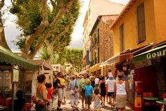 17 JULI 2009, COLLIOURE, FRANKRIKE - turister jäktar till och med gatorna i den populära semestersemesterorten av Collioure Royaltyfri Bild