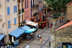 17 JULI 2009, COLLIOURE, FRANKRIKE - turister jäktar till och med gatorna i den populära semestersemesterorten av Collioure Royaltyfri Foto