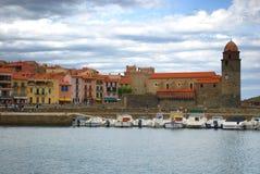 17 JULI 2009, COLLIOURE, FRANKRIKE - turister tycker om att besöka Notren Dame Church som förbiser hamnen av Collioure Royaltyfri Fotografi