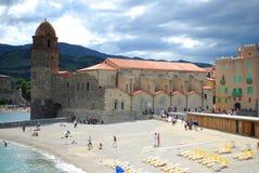 17 JULI 2009, COLLIOURE, FRANKRIKE - turister tycker om att besöka Notren Dame Church som förbiser hamnen av Collioure Royaltyfri Foto