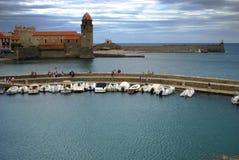 17 JULI 2009, COLLIOURE, FRANKRIKE - turister tycker om att besöka Notren Dame Church som förbiser hamnen av Collioure Royaltyfria Bilder