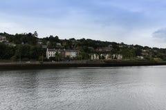 29 juli, 2017, Cork, Ierland - mening van Lagere Glanmire-weg van over de rivier Lee Stock Afbeelding