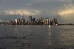 1 juli, 2017, de Haven van New York, New York Het Lower Manhattan wordt gezien van de Haven van New York na een de Zomeronweersbu Royalty-vrije Stock Foto's