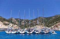 21 juli 2015 - de Varende jachten verankerden in een baai in Polyaigos-eiland, Cycladen, Griekenland Royalty-vrije Stock Foto