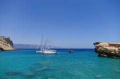 22 juli 2014 - de Varende jachten verankerden in een golf in Ano Koufonisi-eiland, Cycladen, Griekenland Stock Foto