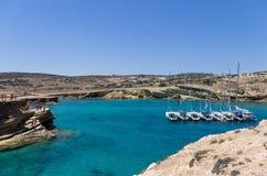 22 juli 2014 - de Varende jachten verankerden in een golf in Ano Koufonisi-eiland, Cycladen, Griekenland Stock Afbeeldingen