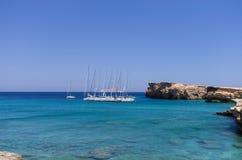 22 juli 2014 - de Varende jachten verankerden in een golf in Ano Koufonisi-eiland, Cycladen, Griekenland Royalty-vrije Stock Foto's