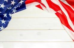 Juli 4., der US-Unabhängigkeitstag, hölzerner Hintergrund, amerikanische Flagge Stockfotos