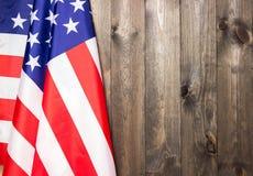 Juli 4., der US-Unabhängigkeitstag, hölzerner Hintergrund, amerikanische Flagge Lizenzfreie Stockfotografie