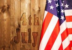 Juli 4., der US-Unabhängigkeitstag, Platz zu annoncieren, hölzerner Hintergrund, amerikanische Flagge Stockfoto