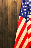 Juli 4., der US-Unabhängigkeitstag, Platz zu annoncieren, hölzerner Hintergrund, amerikanische Flagge Stockfotos
