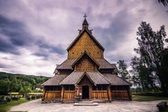 Juli 18, 2015: Fasad av Heddal Stave Church i Telemark, Norge Arkivfoton